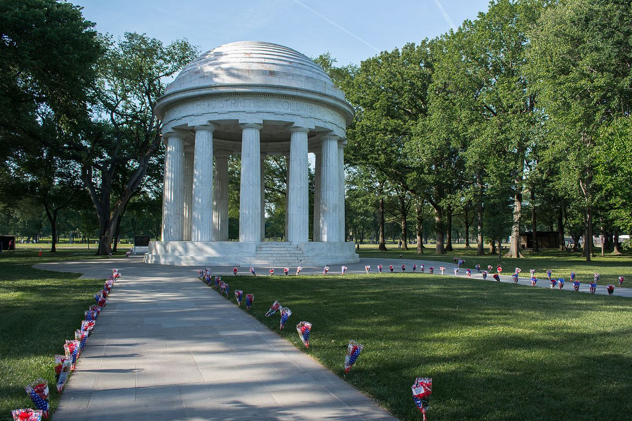 1280px-Path_of_bouquets_03_-_DC_War_Memorial_-_Memorial_Day_-_Washington_DC_-_2014